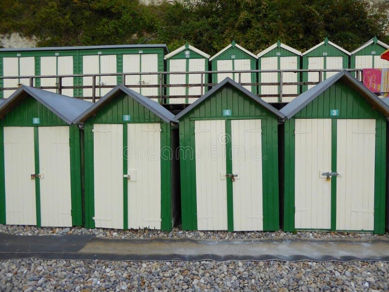Huttes vertes et blanches de plage image libre de droits