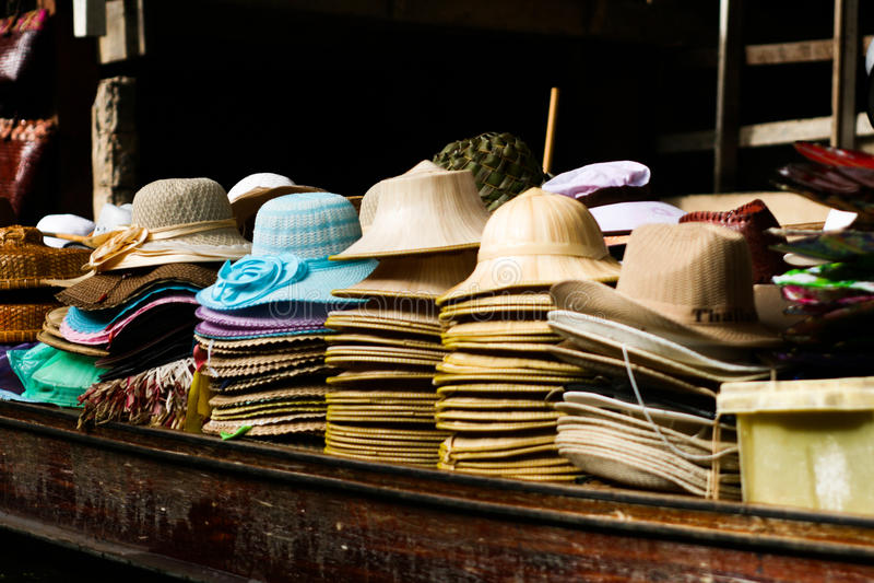 Hutverkauf auf Boot lizenzfreies stockfoto