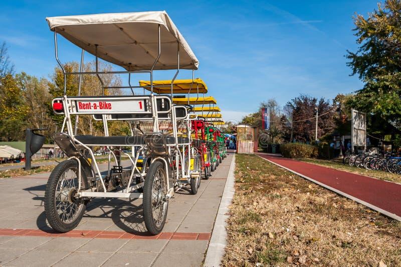 Huur een fiets op 4 wielen voor toeristenbezoek en het drijven rond de stad om monumenten en de stad te zien stock foto