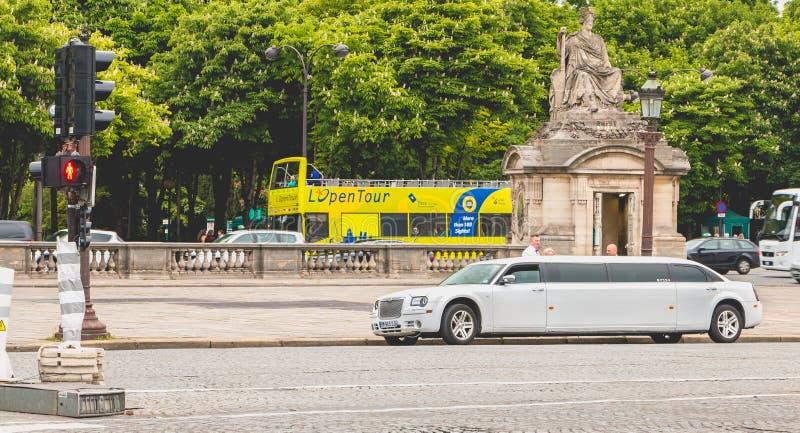 Huurlimousine in Place du Trcadéro in Parijs, Frankrijk wordt geparkeerd dat royalty-vrije stock afbeeldingen
