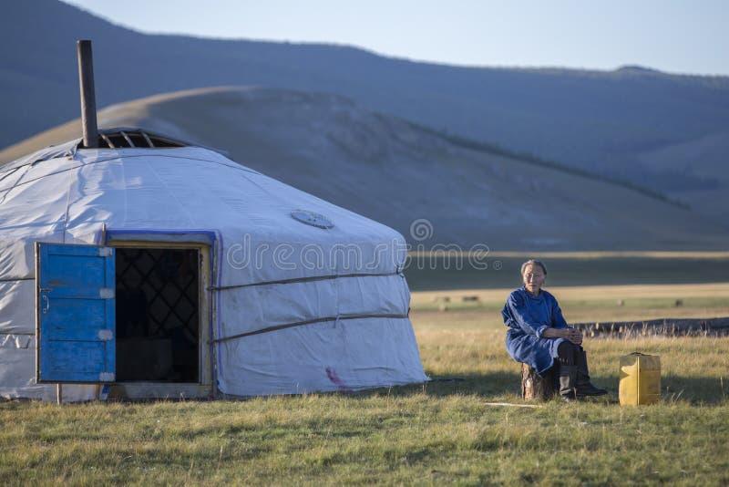 Huvsgul,蒙古, 2017年9月6日, :蒙古妇女休息 免版税库存图片