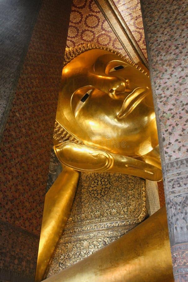 Huvud av att vila Buddha av Wat Pho som kikar till och med tempelväggar bangkok thailand arkivbilder