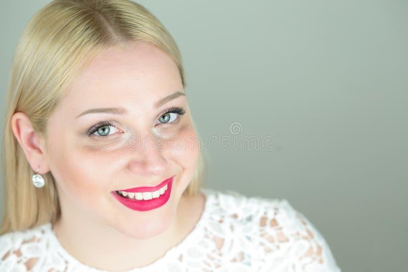 Huvud av den positiva attraktiva härliga unga blonda womaen arkivfoton