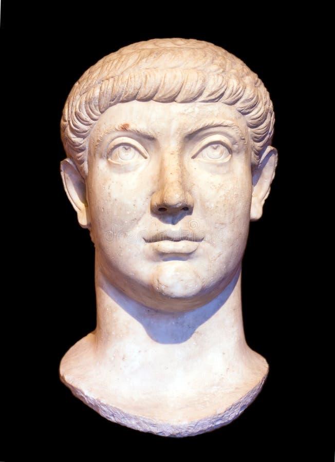 Huvud av den romerska kejsaren Constantius II eller Constans som isoleras på svart bakgrund royaltyfria bilder