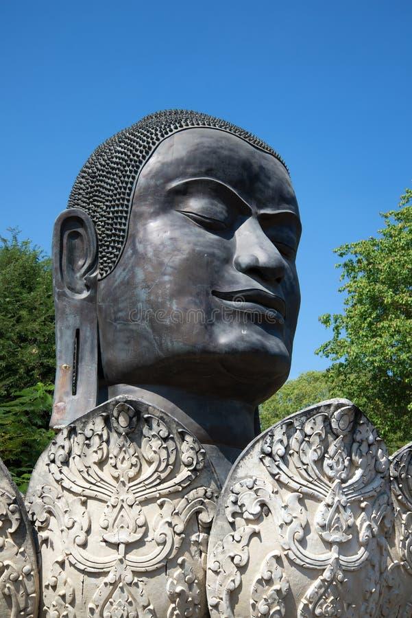 Huvud av den svarta Buddha i den Lotus blomman Forntida skulptur på tempeljordningen av Wat Thammikarat thailand arkivbilder