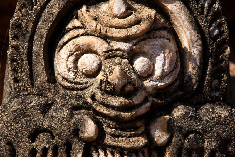 Huvud av en buddistisk gud som snidas ut ur stenen i en av templen av Bagan i Myanmar royaltyfri foto