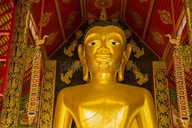 Huvud av en jätte- Buddhastaty Chiang Rai Thailand arkivfoton