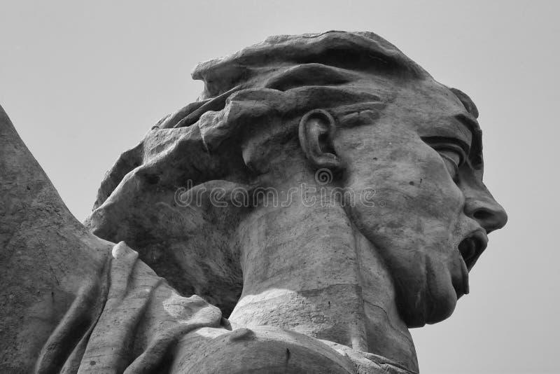 Huvud av fäderneslandskulpturen på Mamayev Kurgan i staden royaltyfria foton