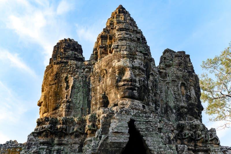 Huvud p? ing?ngstornet till Angkor Thom, Cambodja Angkor Thom var lasten och mest best?ende huvudstad av Khmerv?ldet arkivbilder