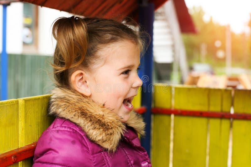 Huvud som skjutas av gladlynt liten flicka royaltyfria foton