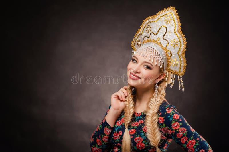 Huvudbonad flicka, folk, stående, vit, ryss, Ryssland, klänning, arkivbild