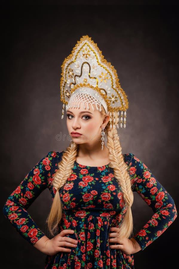 Huvudbonad flicka, folk, stående, vit, ryss, Ryssland, klänning, royaltyfri fotografi