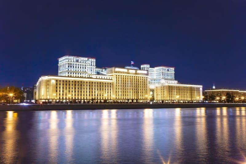 Huvudbyggnad av departementet av f?rsvar fr?n den ryska federationen Minoboron och Moskva flod moscow russia royaltyfria bilder