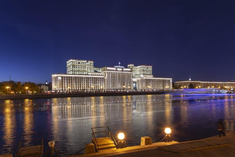 Huvudbyggnad av departementet av f?rsvar fr?n den ryska federationen Minoboron och Moskva flod moscow russia royaltyfri foto