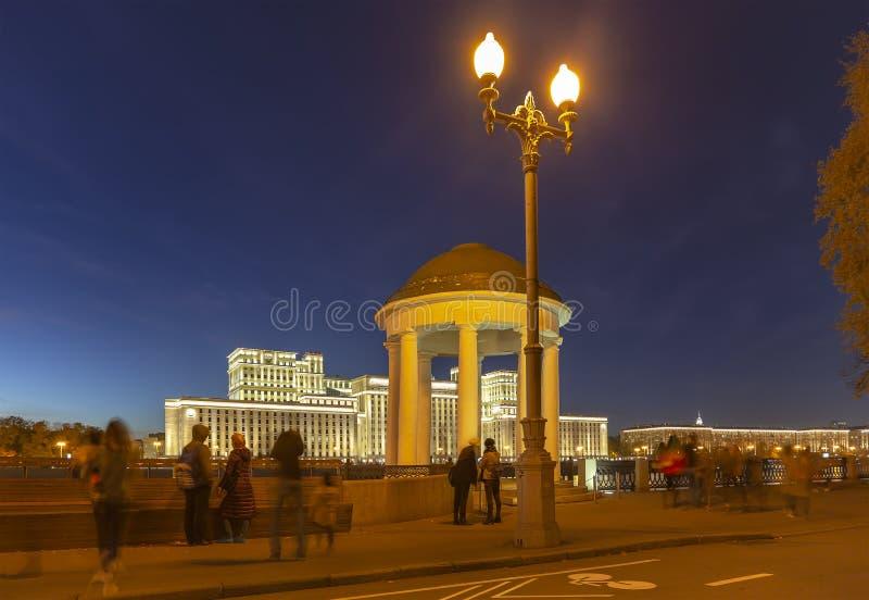 Huvudbyggnad av departementet av f?rsvar fr?n den ryska federationen Minoboron och Moskva flod moscow russia arkivbilder