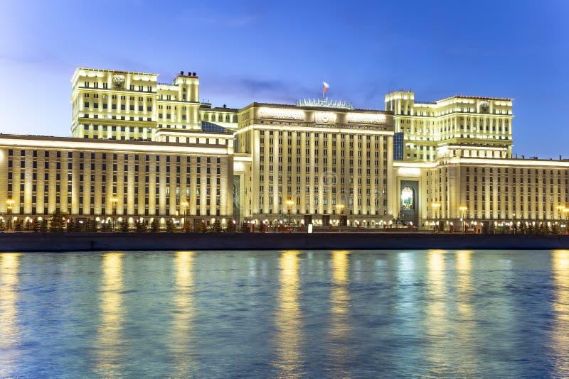 Huvudbyggnad av departementet av f?rsvar fr?n den ryska federationen Minoboron och Moskva flod moscow russia arkivfoto