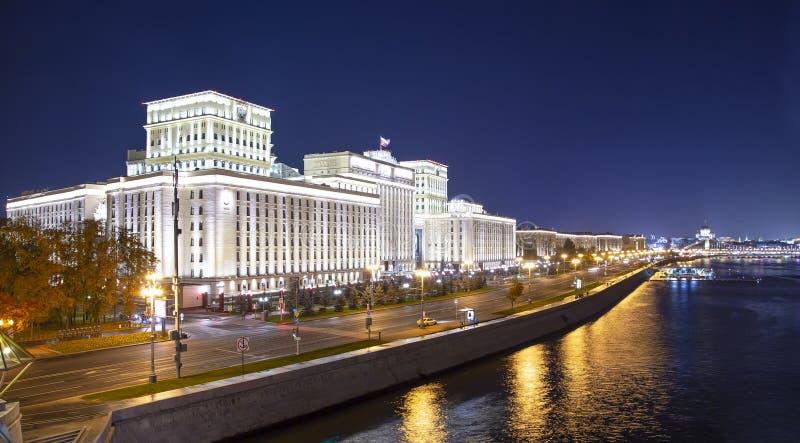Huvudbyggnad av departementet av f?rsvar fr?n den ryska federationen Minoboron och Moskva flod moscow russia arkivbild