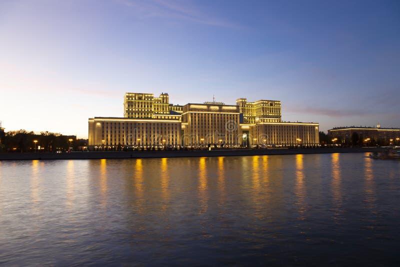 Huvudbyggnad av departementet av f?rsvar fr?n den ryska federationen Minoboron och Moskva flod moscow russia fotografering för bildbyråer
