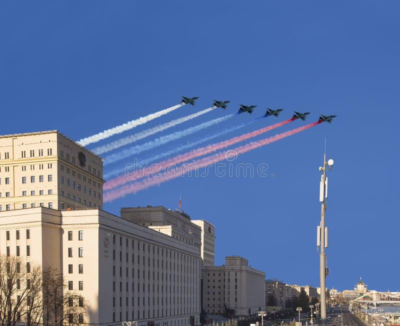 Huvudbyggnad av departementet av från den ryska federationen och ryska militära flygplan för försvar flyger i bildande, Moskva, R royaltyfri bild