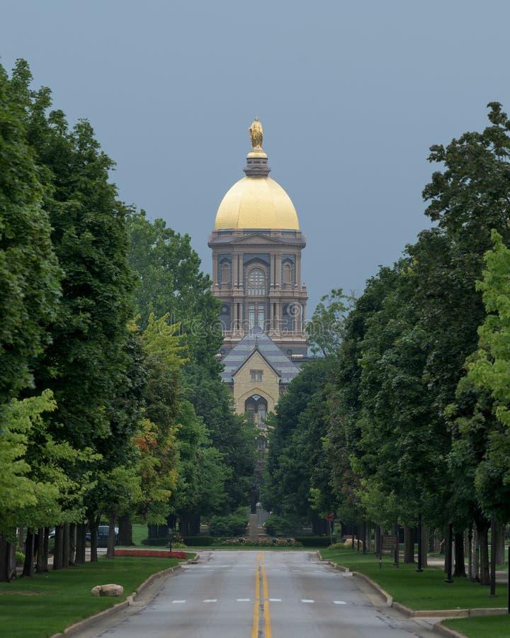 Huvudbyggnad och Golden Dome på Notre Dame arkivfoto
