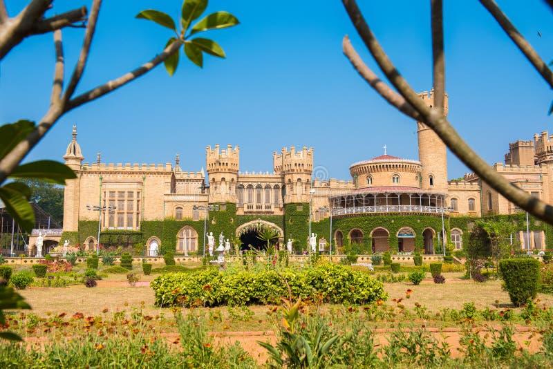 Huvudbyggnader av den Bangalore slotten, med suddiga trädfilialer i förgrunden, Bangalore, Karnataka, Indien arkivbilder