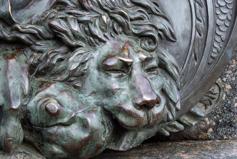 Huvudet av brons lejonet brons skulptur av ett sova lejon på monumentet av härlighet i Poltava, Ukraina royaltyfria foton
