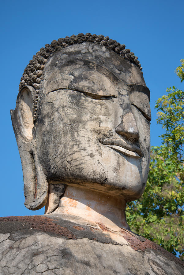 Huvudet av en forntida Buddhastatycloseup Fördärvar av den forntida buddistiska templet Wat Phra Kaeo Kamphaeng Phet, Thailand fotografering för bildbyråer