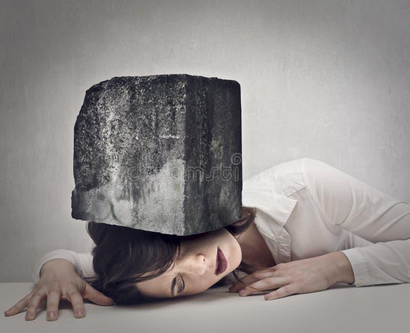 Huvudet av en kvinna smickrade vid en sten royaltyfri fotografi
