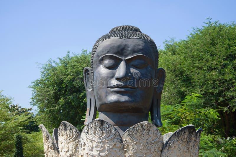 Huvudet av en svart Buddhanärbild Forntida skulptur i den buddistiska templet av Wat Tummikarat ayutthaya thailand fotografering för bildbyråer