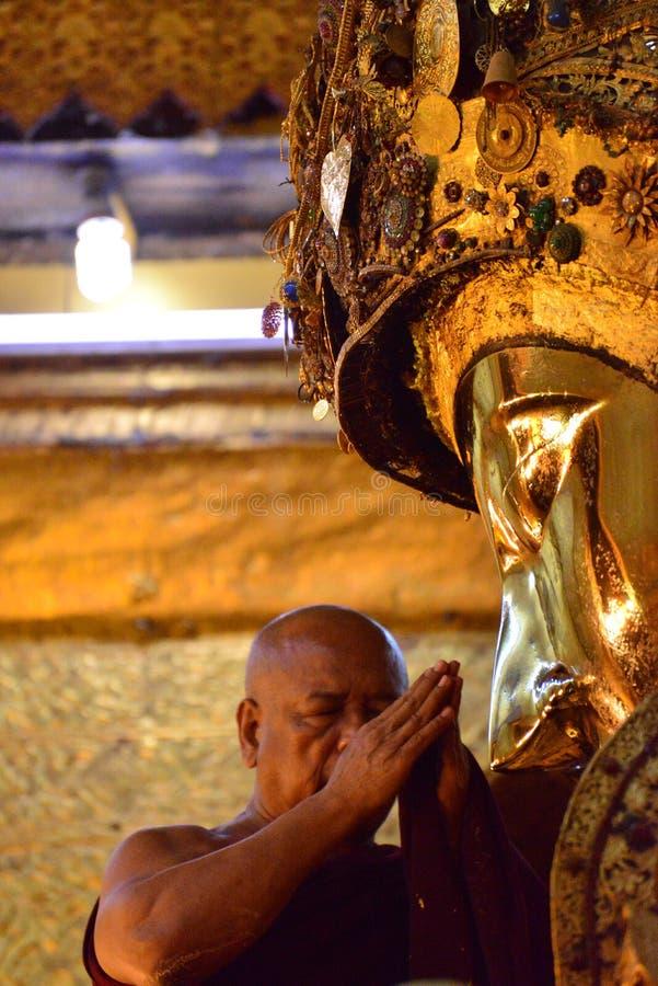 Huvudet av munkar utför en ritual, daglig tvagning framsidan av Buddha arkivbilder