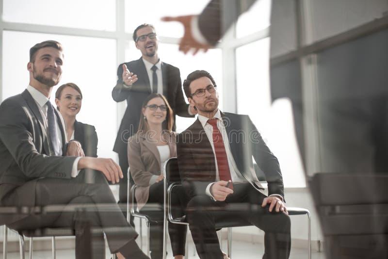 Huvudet och affären team på ett affärsmöte för att diskutera arkivfoto