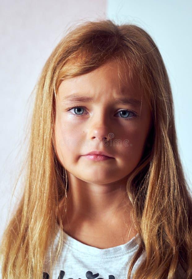 Huvudet sköt den nätta älskvärda frustrerade lilla dottern royaltyfri foto