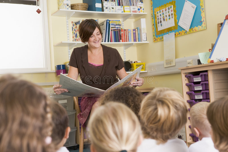 huvudgrupp läser lärare till royaltyfri bild