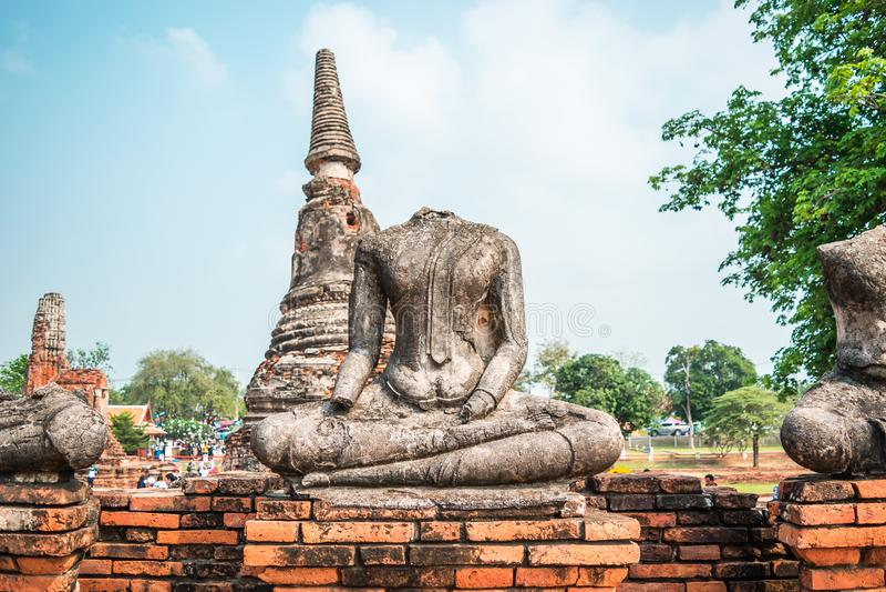 Huvudlösa Buddha statyer på Wat Chaiwatthanaram, som är den forntida buddistiska templet i det Ayutthaya landskapet, Thailand arkivfoton