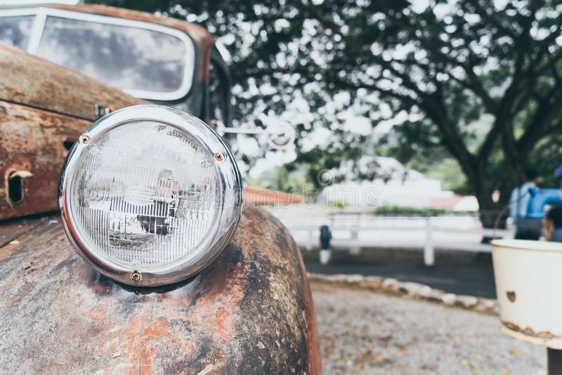 huvudljus av den gamla bilen arkivfoto