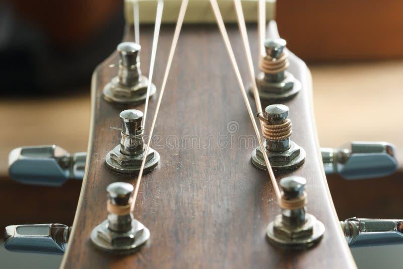 Huvudmateriel och stämmare för akustisk gitarr royaltyfri foto