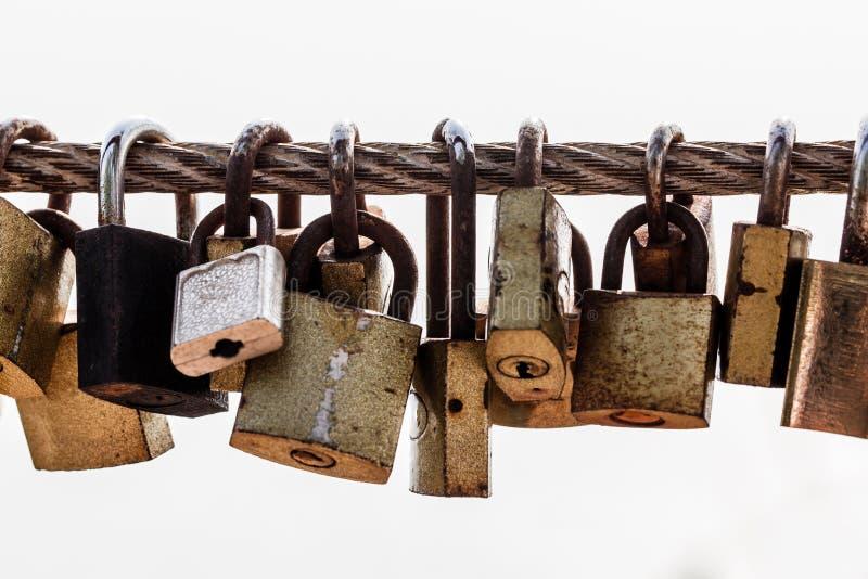 Huvudnyckeln av låset hänger på gammalt stångstål royaltyfri bild