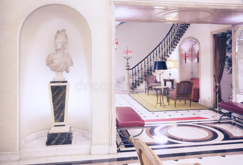 Huvudrätt i klassiskt hotell arkivfoto
