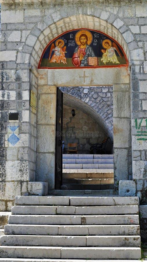Huvudsaklig dörr för Cetinje kloster - Montenegro arkivbild