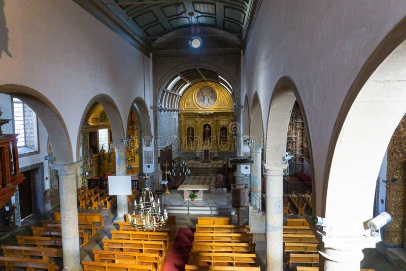 Huvudsaklig domkyrka av altare för Faro, Portugal huvudsakligt korridormitt royaltyfria bilder
