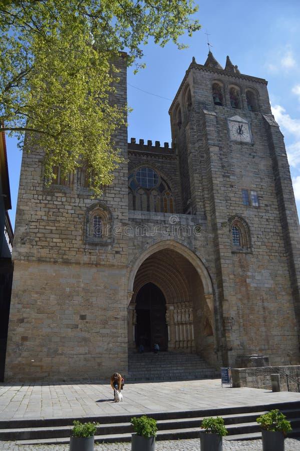 Huvudsaklig fasad av domkyrkan som dateras i århundradet XII tilldelat till oskulden Mary i Evora Natur arkitektur, historia, gat royaltyfri fotografi