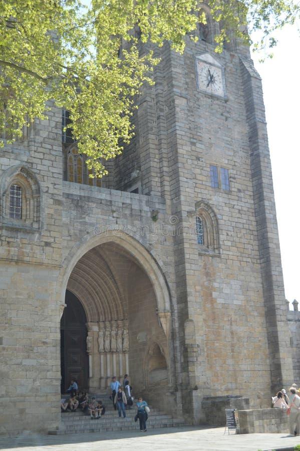 Huvudsaklig fasad av domkyrkan som dateras i århundradet XII tilldelat till oskulden Mary i Evora Natur arkitektur, historia, gat fotografering för bildbyråer
