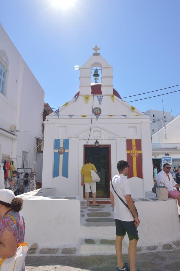 Huvudsaklig fasad av en kyrka på gatorna av Chora Arkitektur landskap resorkryssningar royaltyfri bild