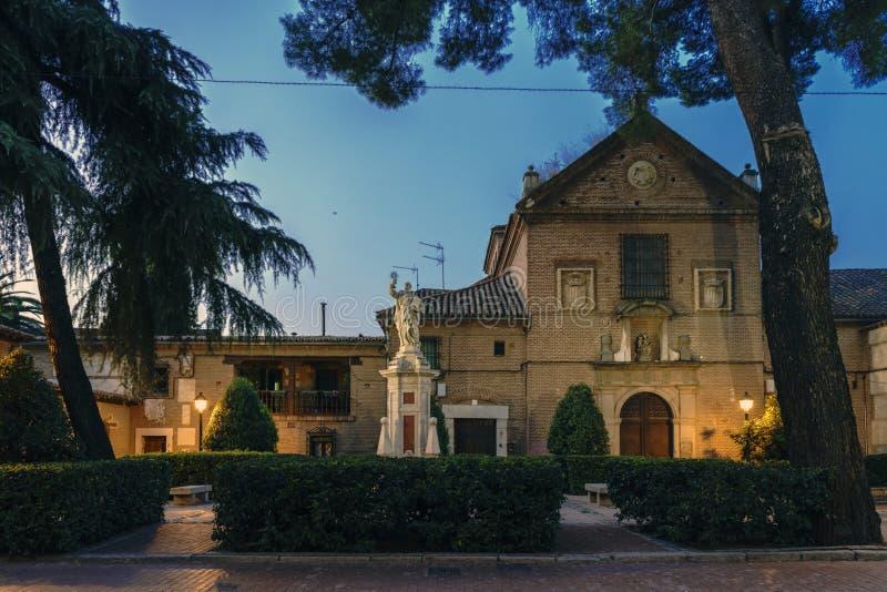 Huvudsaklig fasad av kloster av Corpus Christi i gatan Colegios de Alcala de Henares Spanien, på skymning fotografering för bildbyråer