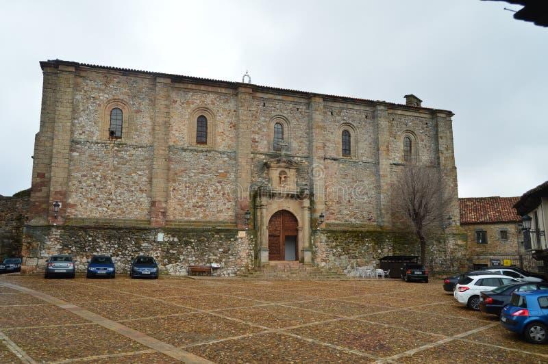 Huvudsaklig fasad av Sanen Juan Del Mercado Church In Atienza som byggs i renässans Arkitektur lantlig turism, lopp royaltyfri foto