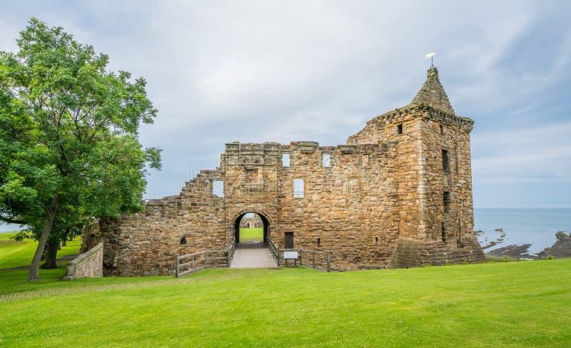 Huvudsaklig fasad av slotten för St Andrew ` s, pickolaflöjt, Skottland arkivfoton