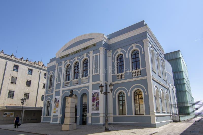 Huvudsaklig fasad av teatern för Ramos Carrià ³ n i staden av Zamora, arkivfoton