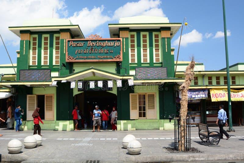 Huvudsaklig fasad för Beringharjo marknad i den Malioboro vägen Yogyakarta java Indonesien royaltyfri fotografi