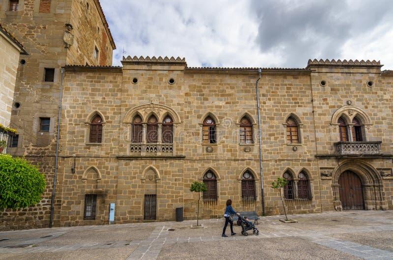 Huvudsaklig fasad las Dos Torres av för den Monroy slott- eller Casaden i den historiska mitten av staden av Plasencia fotografering för bildbyråer
