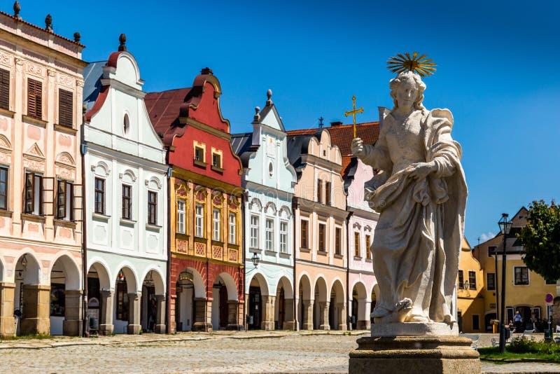Huvudsaklig fyrkant av den Telc staden, en UNESCOvärldsarv, på en solig dag med blå himmel och moln, södra Moravia royaltyfri bild